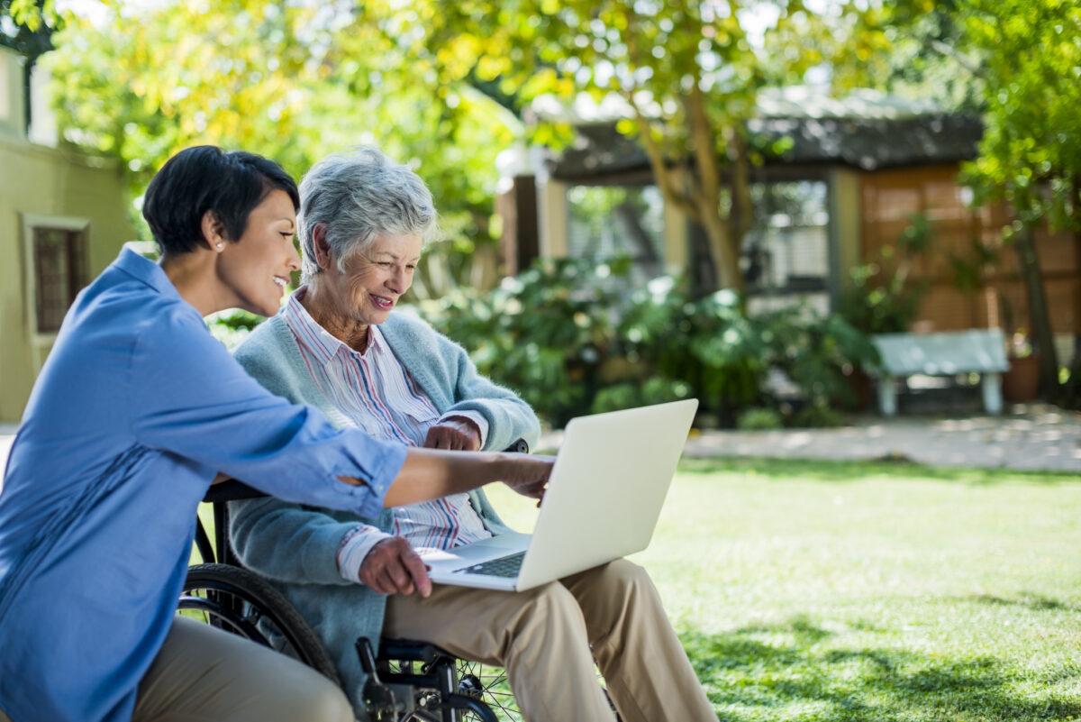 Maison de retraite privée ou publique ? Différences, avantages et loi en vigueur