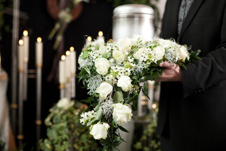 La tradition des fleurs de deuil