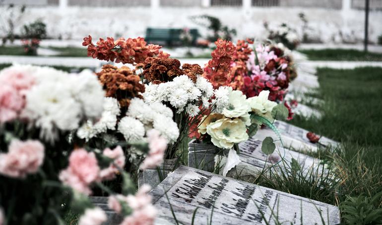 Comment entretenir les fleurs d'une sépulture ?